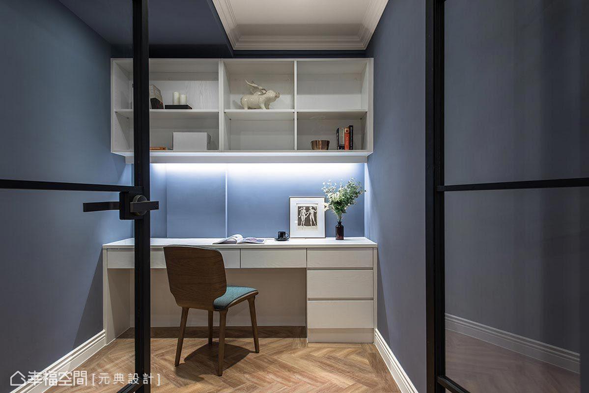 壁面刷上活潑淡藍色漆面,為書房添入靜謐、平和的閱讀氛圍,將純白傢俬配置於其中,更顯得俐落有型。