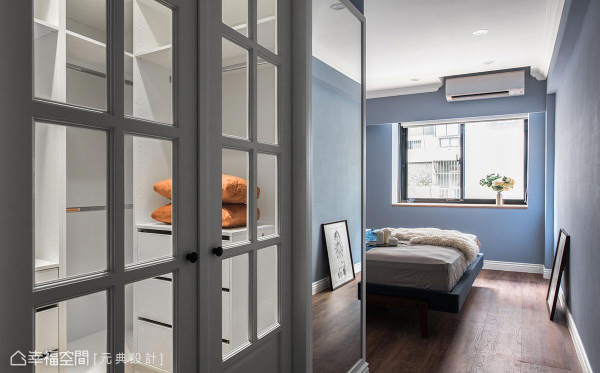 門片採格子窗門片結合清玻設計,外側壁面則設以鏡面方便屋主更衣,亦具有空間延伸之效。