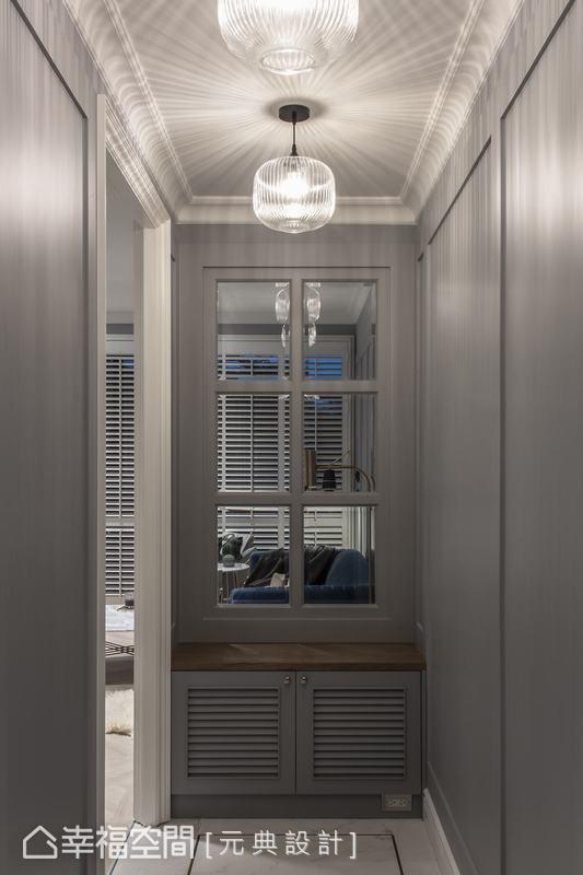 雅緻的玻璃燈罩替這個過度場域帶來細緻優雅的氛圍,穿鞋椅的設計更是一個亮點。