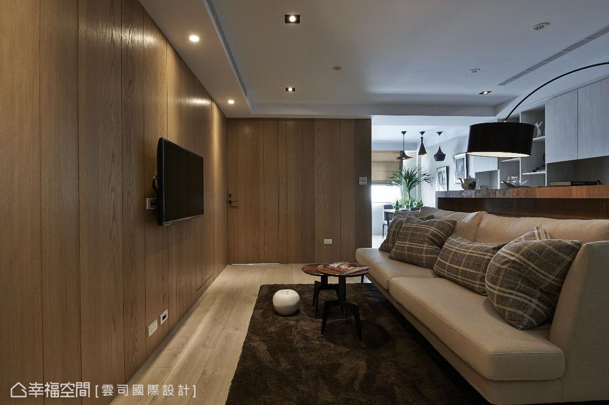 地面與立面以深淺層次的木質鋪陳,拼貼的軸向構成具方向性的空間紋理;搭上簡約的家具配置,空間別具風味。