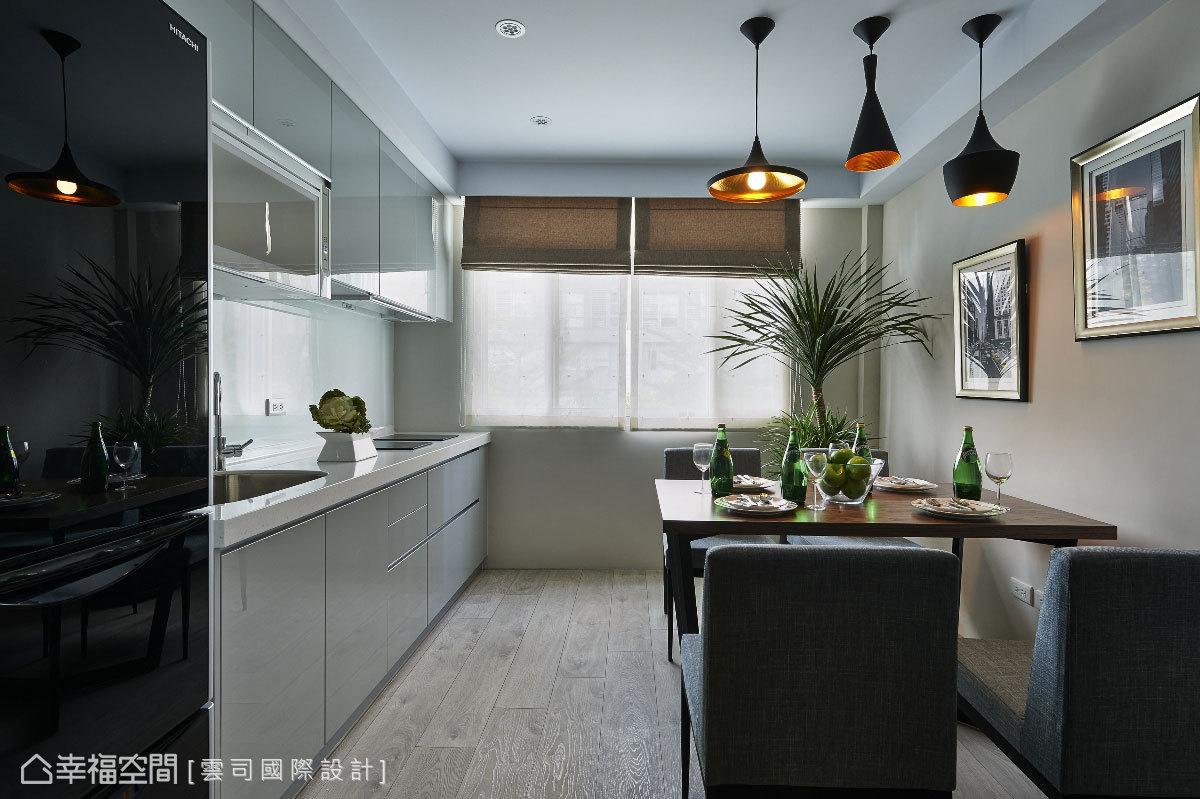格局重整後,廚房成為家人團聚的第二起居室,擁有乾淨明亮的自然光線,立面於廚具以洗練的灰階呈現現代時尚。