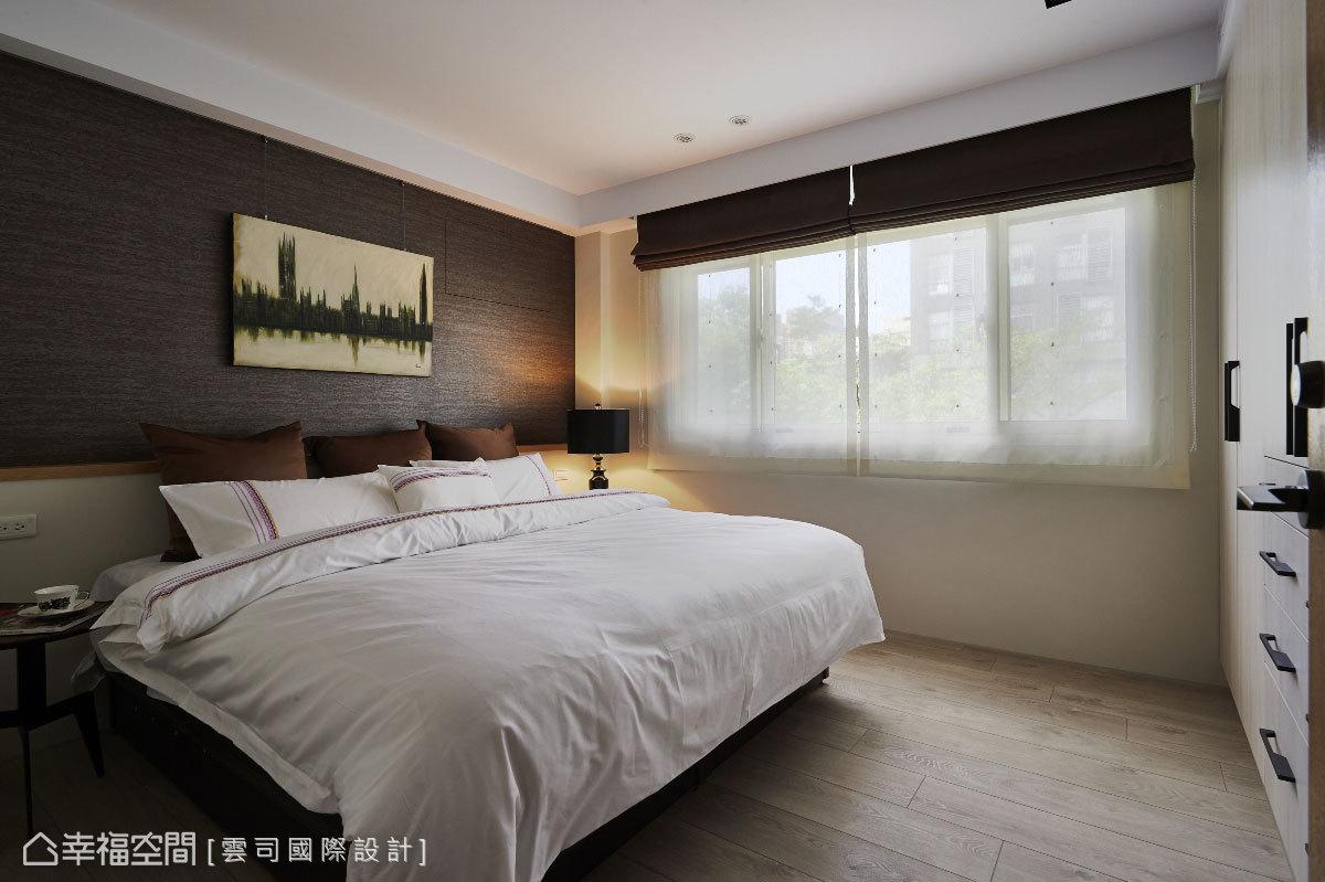 享有明亮的採光,以相對沉穩安定的深色調作為床頭安定牆,彷彿木質又似岩質的粗獷紋理,與窗外自然綠意呼應。