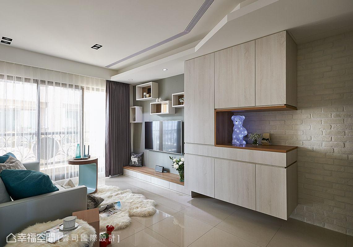 電視一旁的懸掛櫃體不僅結合鞋櫃與機櫃,裡面更藏有可彈性收放的餐桌,給予屋主一家人更便利的實用機能。