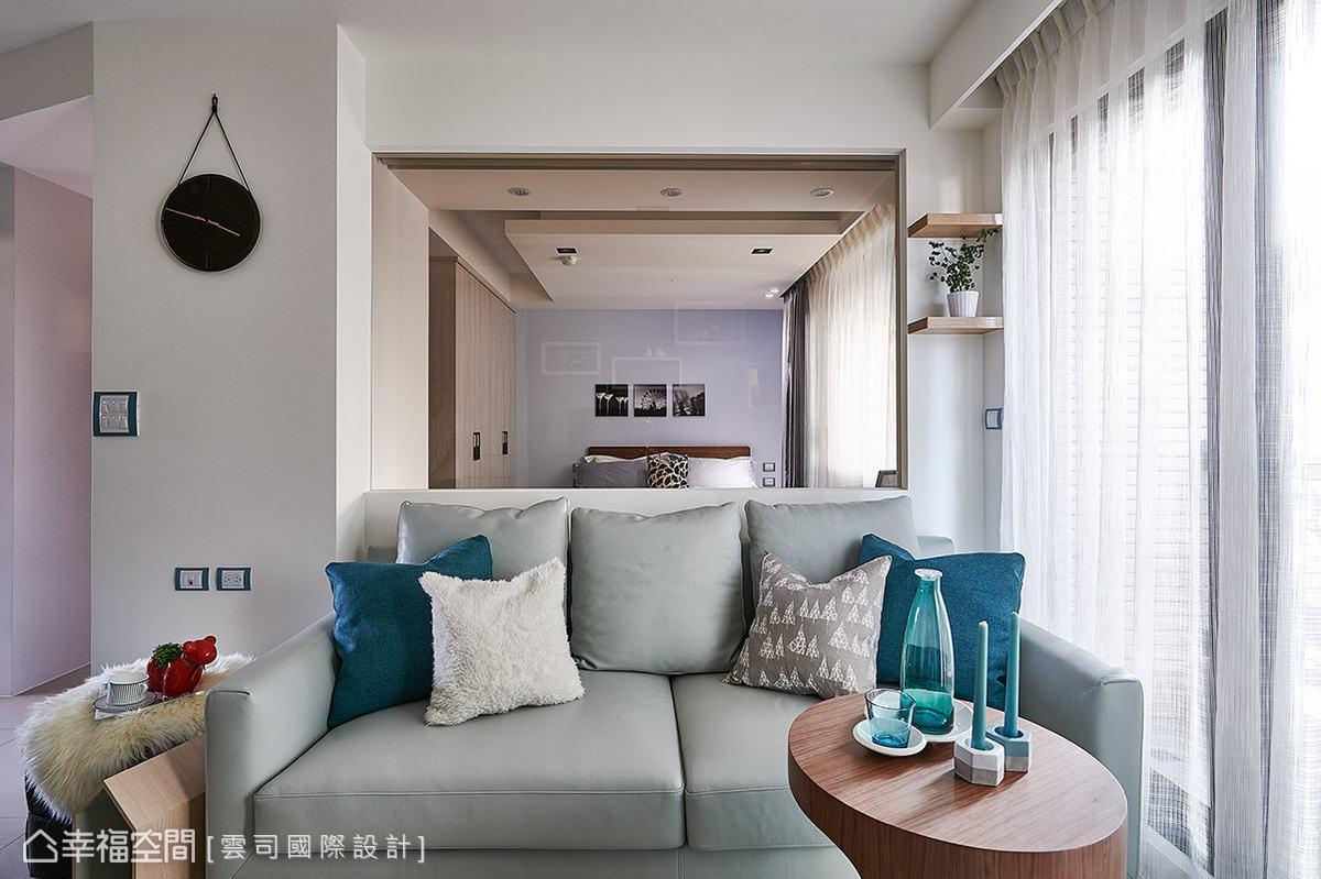 廖笠庭設計師以半高矮牆結合茶玻作為客廳與主臥室的隔間,讓視線得以穿透延伸,進而使空間達到放大的效果。