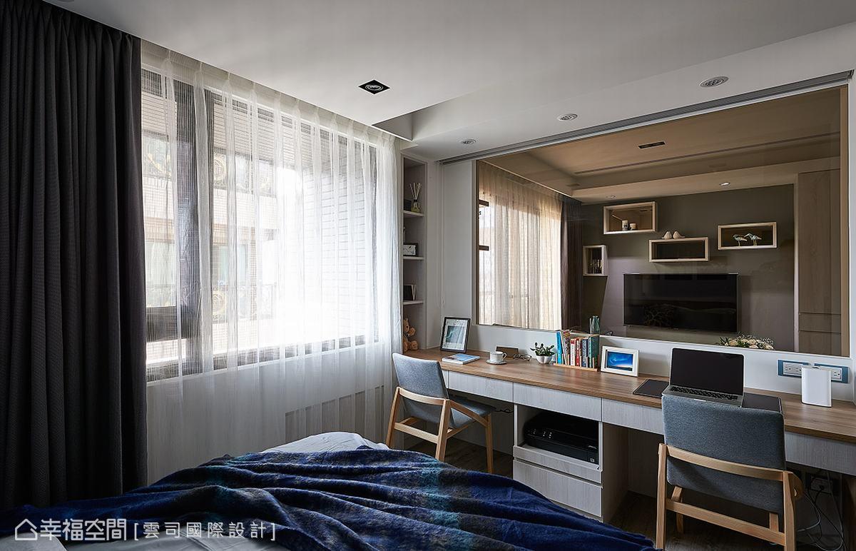 主臥室同時結合書房機能,替屋主創造簡單舒適的個人閱讀空間。