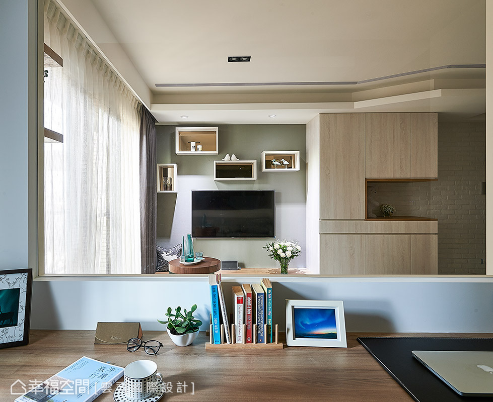 穿透的隔間設計讓電視主牆成為主臥室的視覺端景,同時並設有下拉式窗簾,兼顧隱私考量。