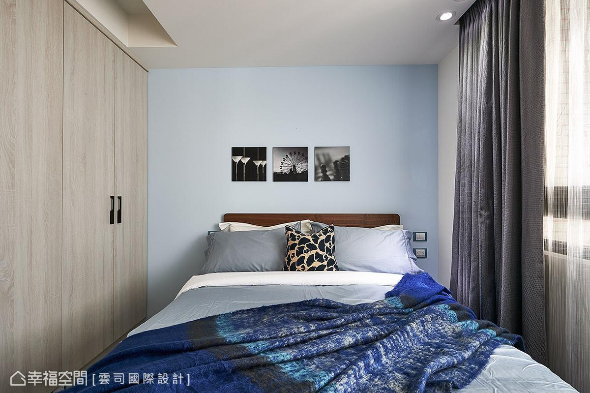 床頭壁面以淡雅的淺藍色作為立面表情,圍塑清爽明亮的休憩氛圍。