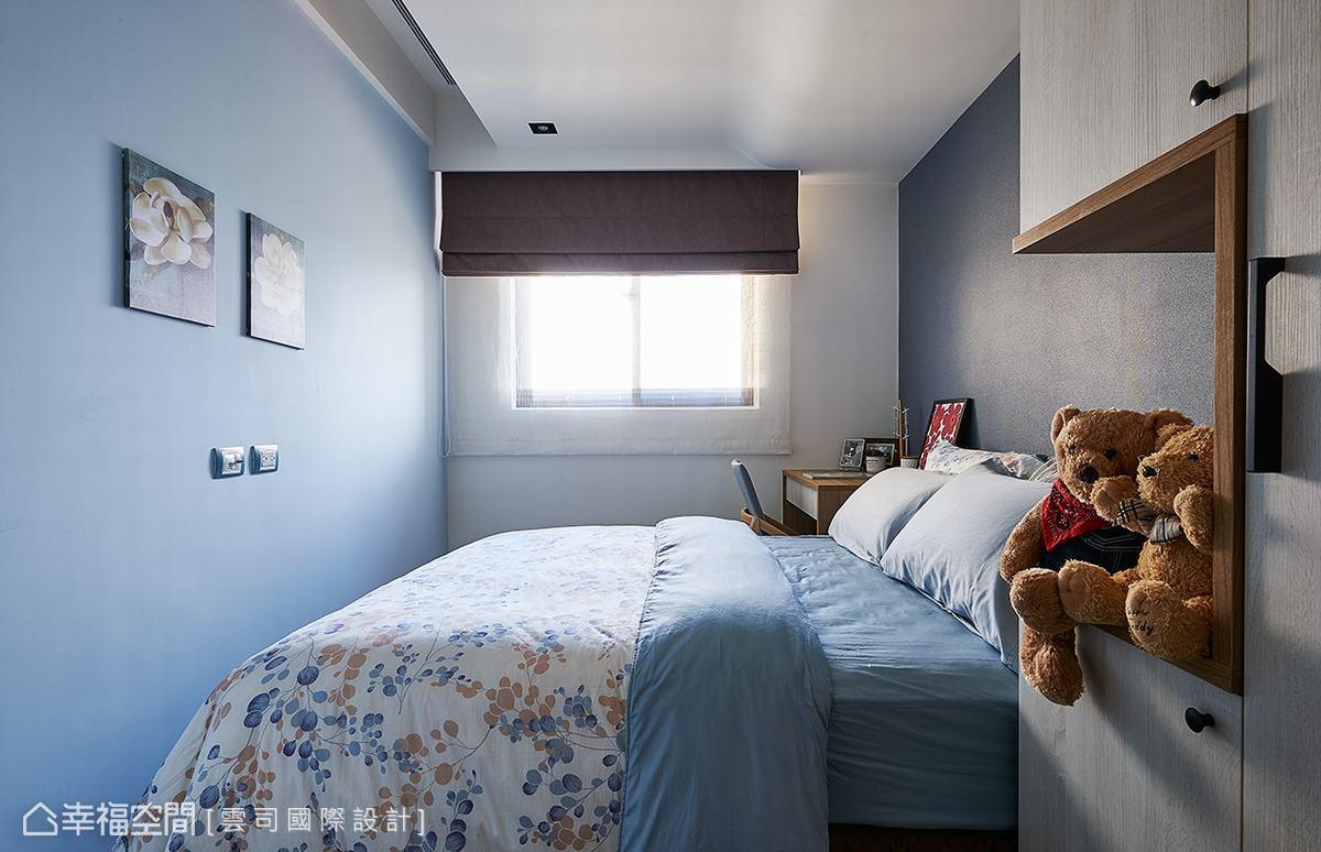 兩側牆面分別以淺藍色漆與進口壁紙做鋪陳,營造簡單又不失質感的場域表情。