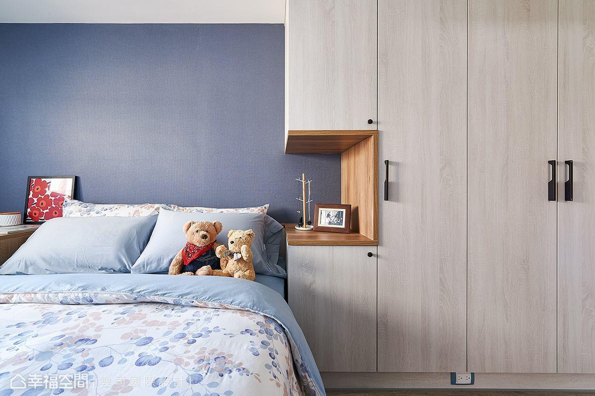 床邊的大衣櫃滿足日常收納所需,同時結合展示檯面的設計,除了作為居家小物的擺放外,同時化解視覺的壓迫感。