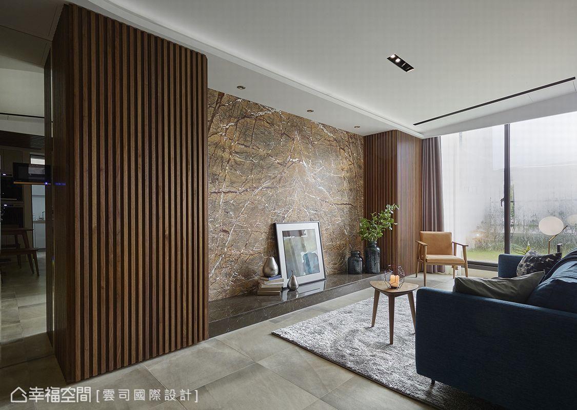 雲司國際設計透過電視牆加大橫軸尺度形成的視覺比例效果,放大客廳空間的大器開闊感受。
