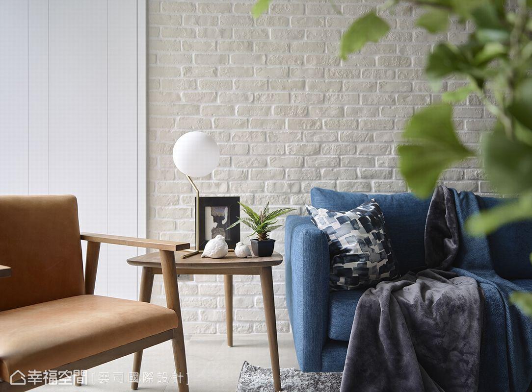 白色樸質文化石與簡約木質線條形成美感共鳴,一抹醇厚的藍挹注在空間之中,呈現名品雅士的悠然品味。
