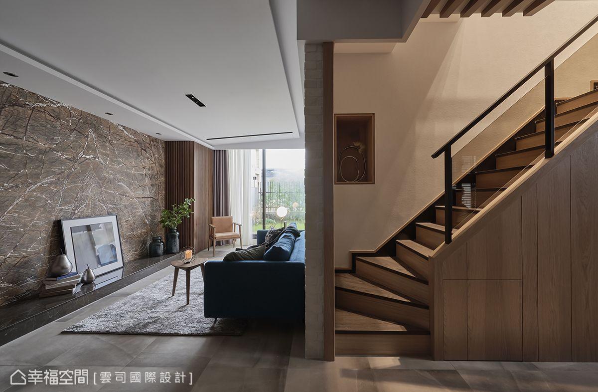 地坪使用大地色系數位噴墨地磚,每片都不同的自然紋理,拼貼濃淡有致的深淺層次變化。