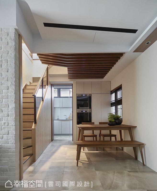 原本用餐空間無完整牆面,更動格局後因主牆形構獨立完整的餐廳區,廚房料理檯面也得以延伸增加機能。
