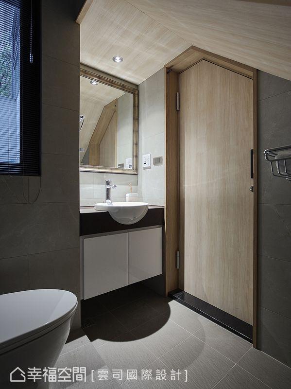 利用一樓梯體下的空間規劃為衛浴,依照屋高安排機能,充分發揮坪效。門片及天花造型營造休閒怡然的空間氛圍。