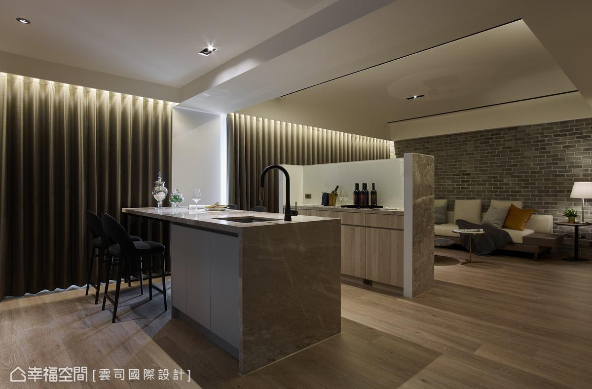 電視牆後方結合系統櫃設計,提升大中島吧台上餐、斟酒的交誼機能,開放的動線讓每個角落都自成天地。
