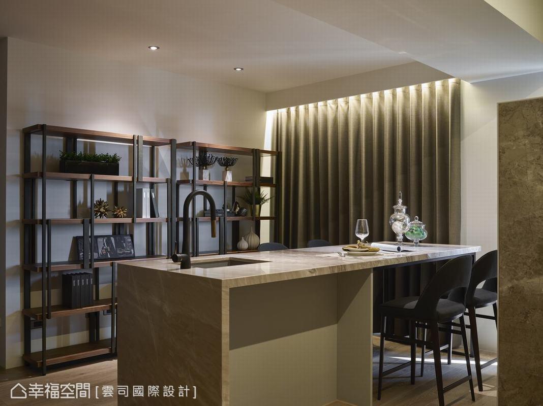 廖笠庭與許致捷設計師特別挑選造型雅致的開放式餐酒櫃,除了增進收納機能,也成為公領域的端景,能凸顯屋主的品味。