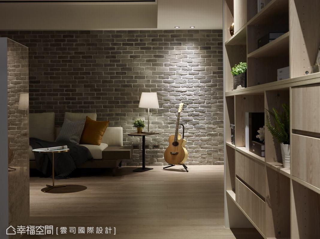 由於屋主有彈吉他嗜好,雲司國際設計特別在沙發旁設計嵌燈,搭配文化石牆面粗獷紋理,別有一番浪漫的舞台風情。