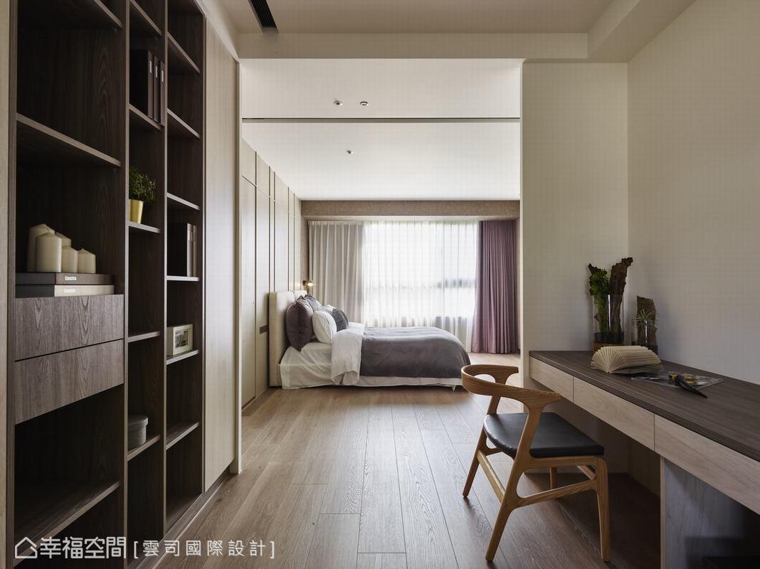 私領域結合臥房睡眠區、書房區、更衣室,讓在家工作的女主人擁有安靜、私密的創作基地,屋主的大量藏書在書房也能享有完整的收納。