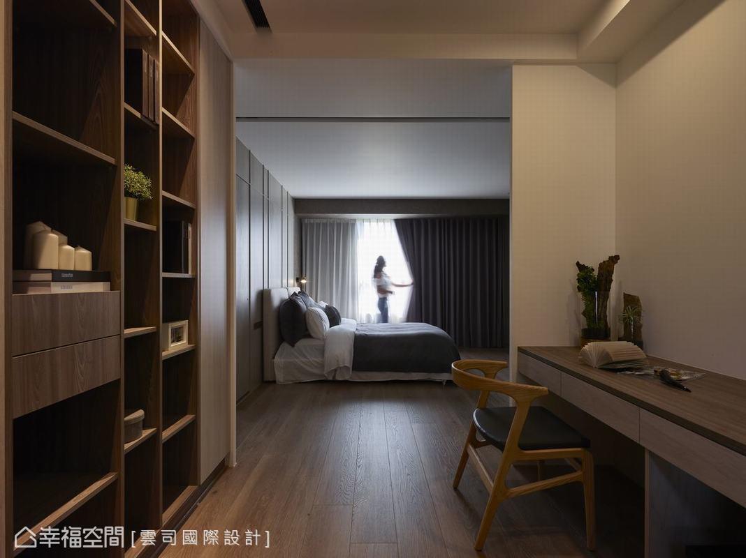 為提升臥房空間的浪漫情調,搭配窗簾與溫暖的橘色光源變換多采多姿的空間表情,藉此觸發寫作的靈思妙想。
