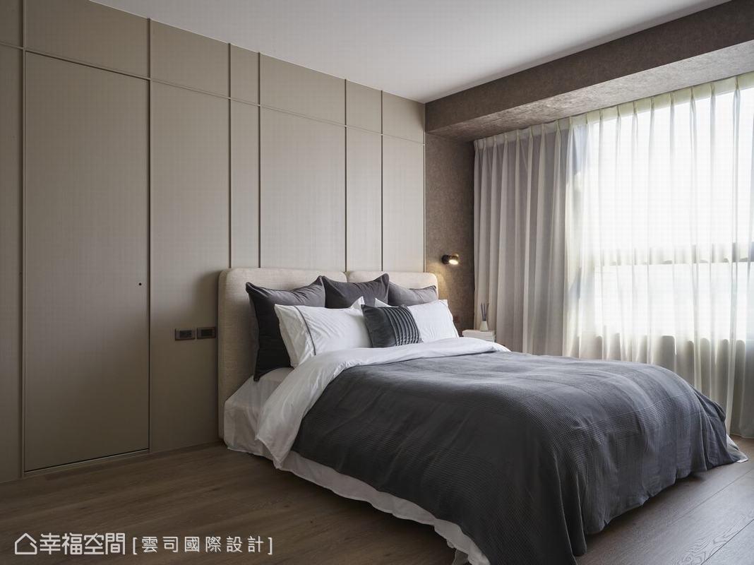 床頭牆面設計典雅的線條,其中隱藏一扇通往浴室的門片,本區貼心規劃隔音效果,避免浴室管線影響睡眠品質。
