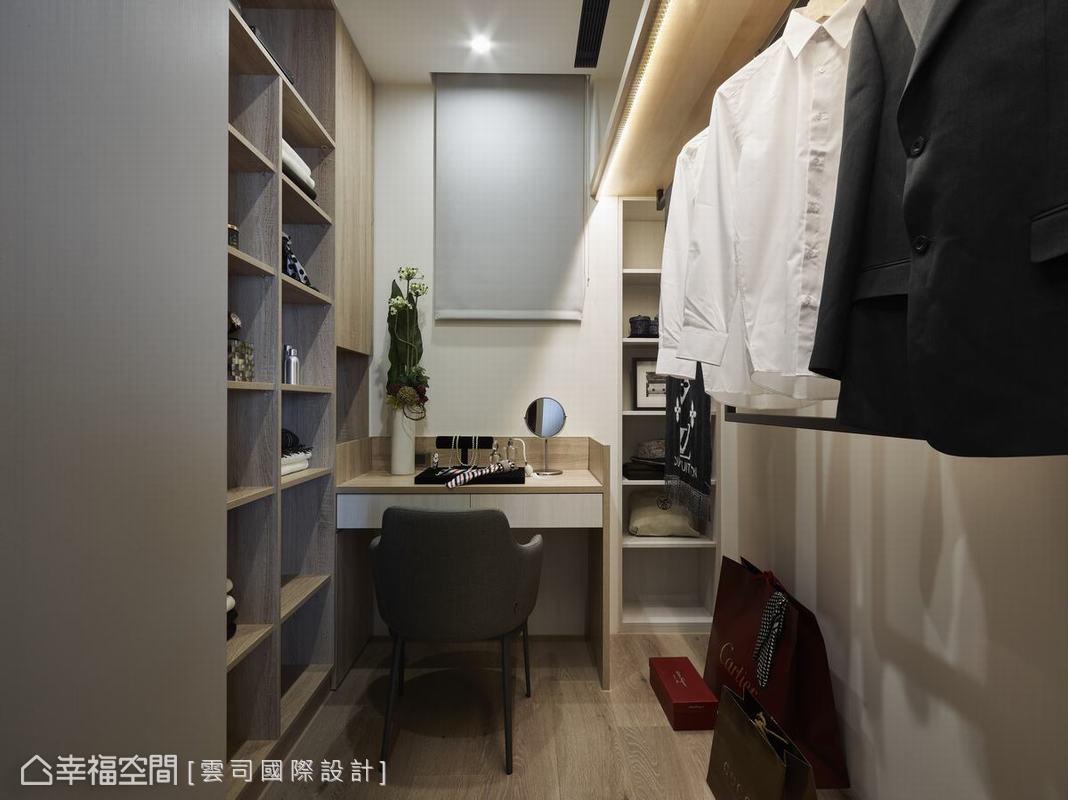 更衣室裡配備梳妝台,男女主人各自擁有獨立的大衣櫃,賦予有條不紊的換裝及收納衣物基地。