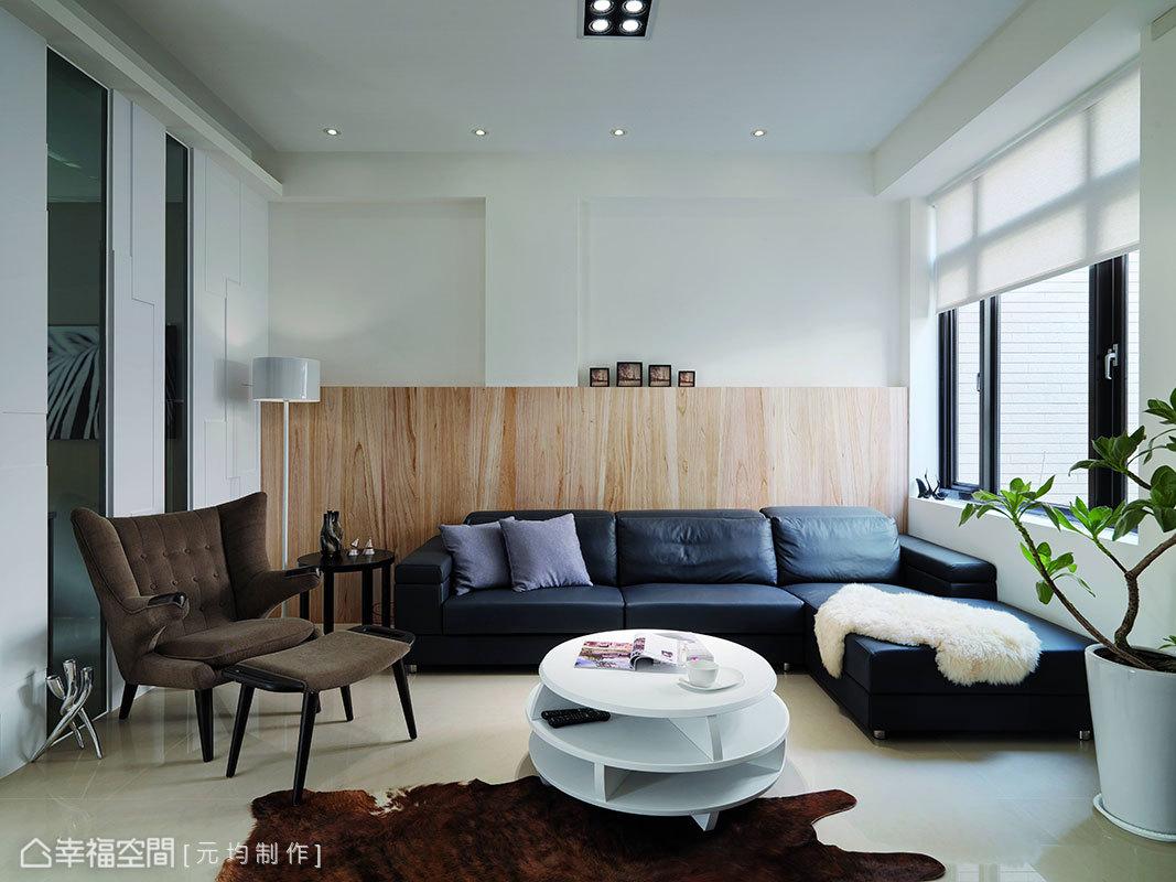 擾人的柱線與牆面落差,設計師馬愷君定以大片木質為底景乾淨收整,俐落展現公領域的自然美學。