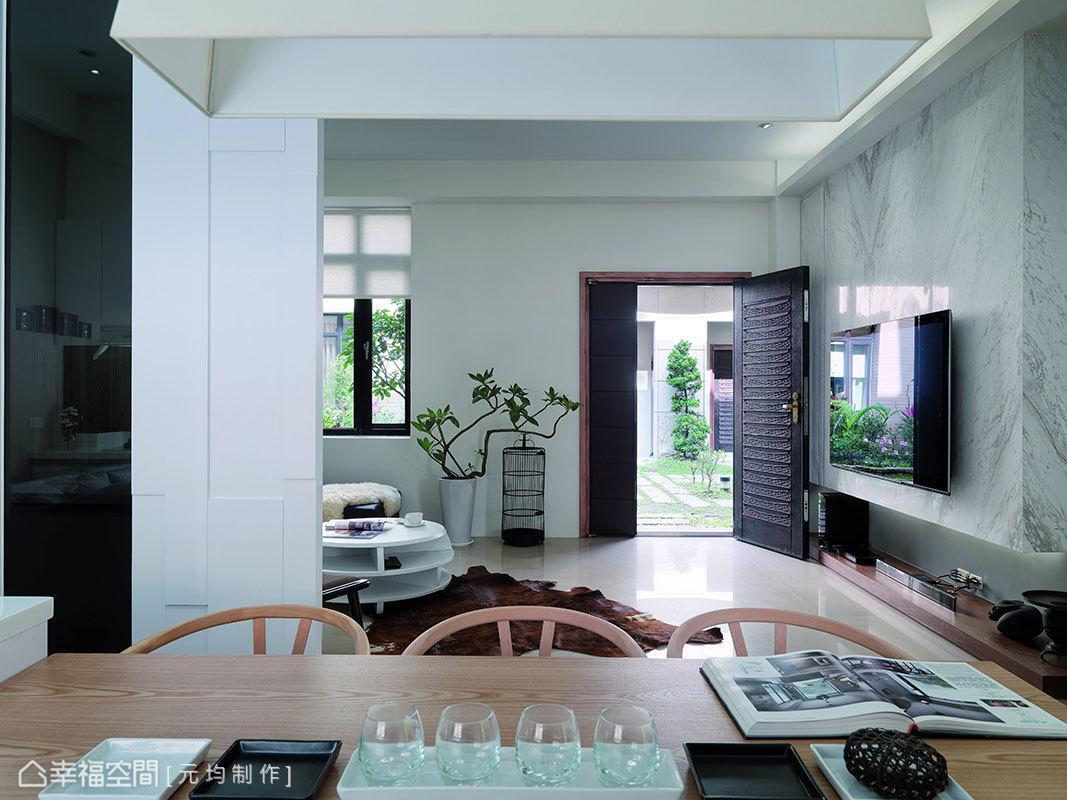 懸浮性手法處理的電視主牆面,透過燈光洗禮,純粹簡化牆體份量感。