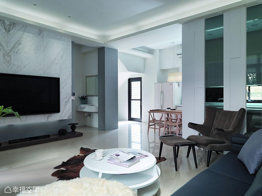 柱體與電視主牆外框刷漆上同階色調,將衛浴動線俐落統整於一主牆立面,同時延展主牆面的有形尺度。