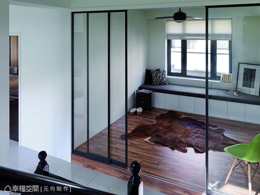 金屬的輕薄框上了玻璃透視質地,降低場域切割性劃分之際,串聯起大領域的視角想像。