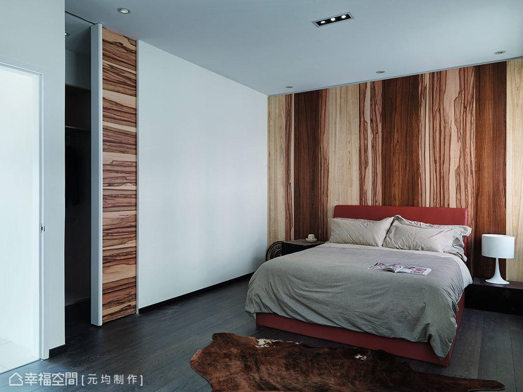 拼接處理的木質紋理,以縱、橫向性的變化定義各段落主景,並轉圜出睡眠與更衣機能。