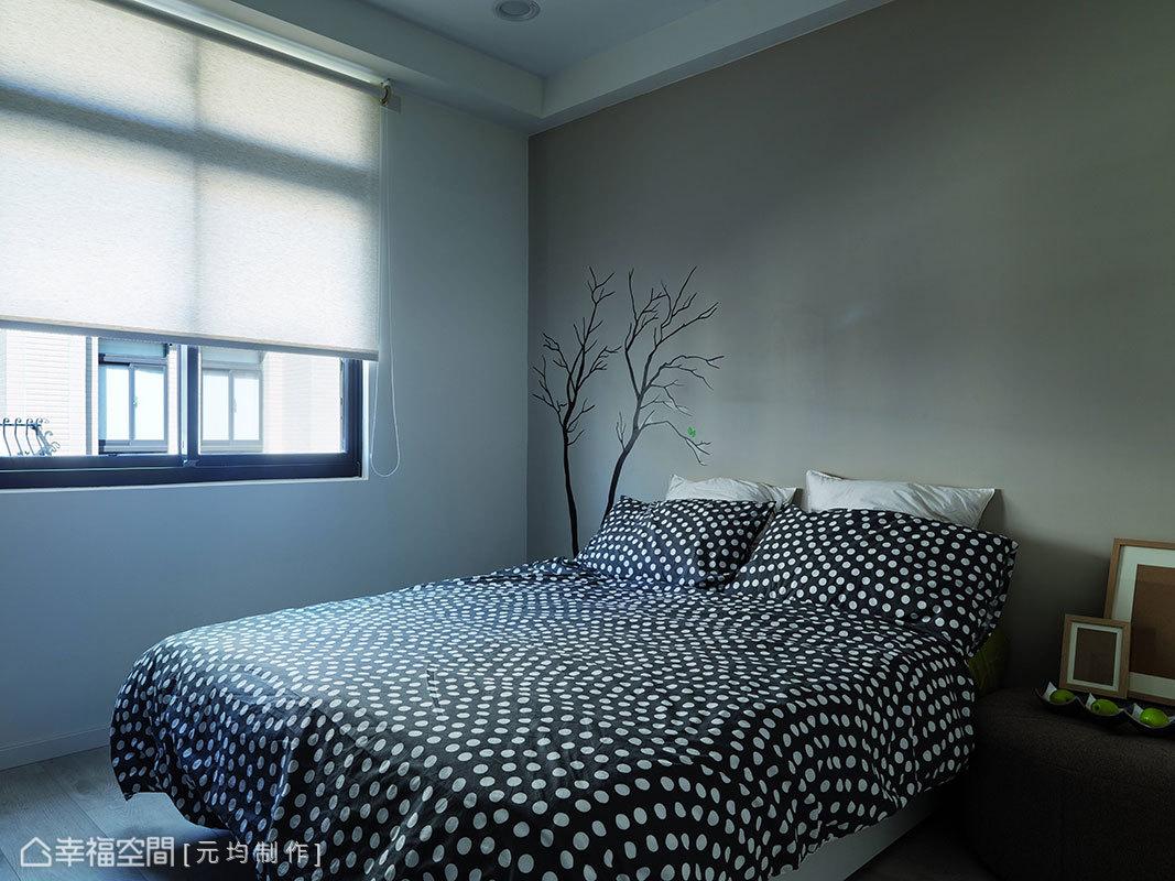 淡淡的灰階妝點上枝枒圖騰,勾勒著簡單即景的主牆設計。