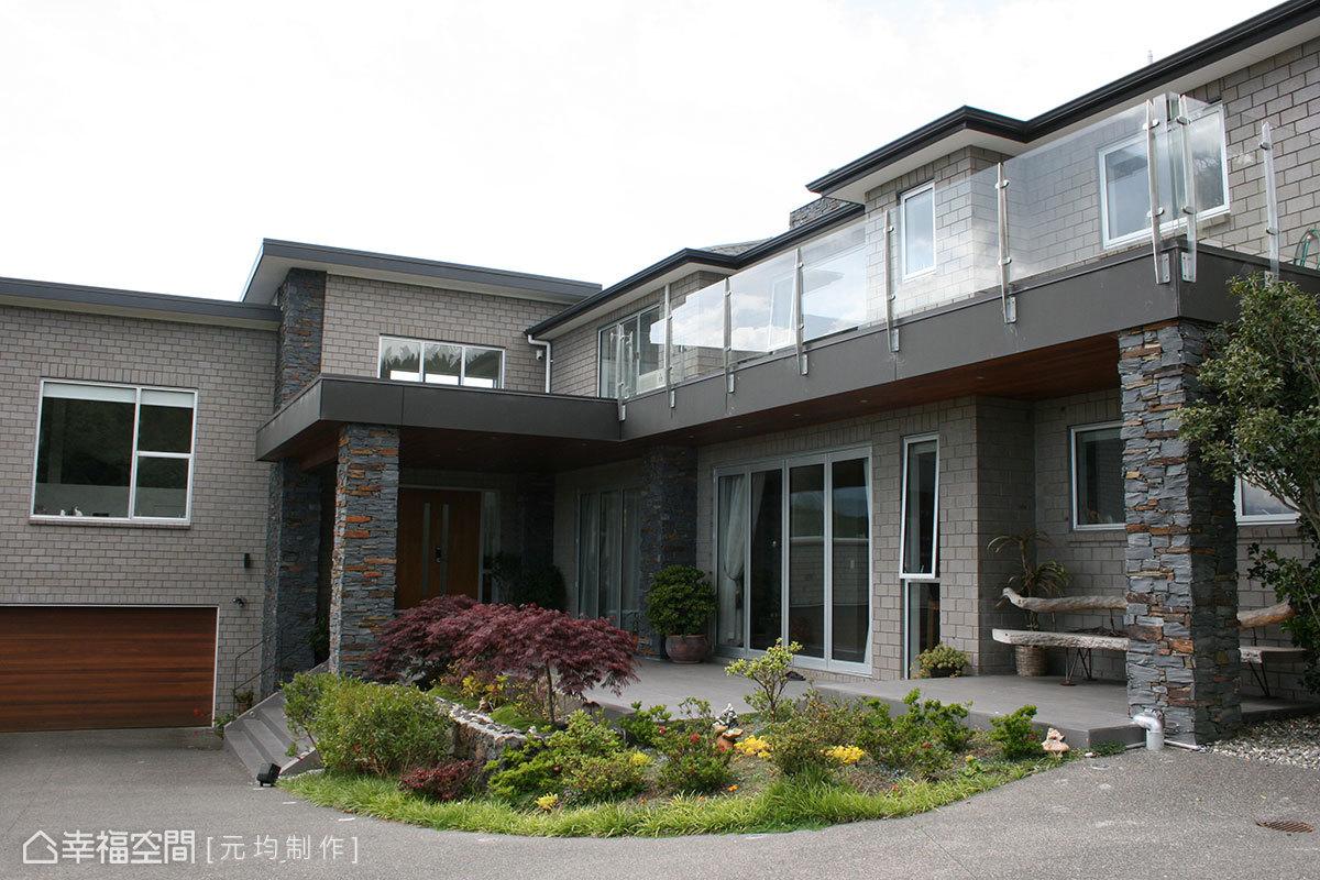 主棟建築以連續性的落地拉門為語彙,敞朗變化出inside與outside的空間分野。