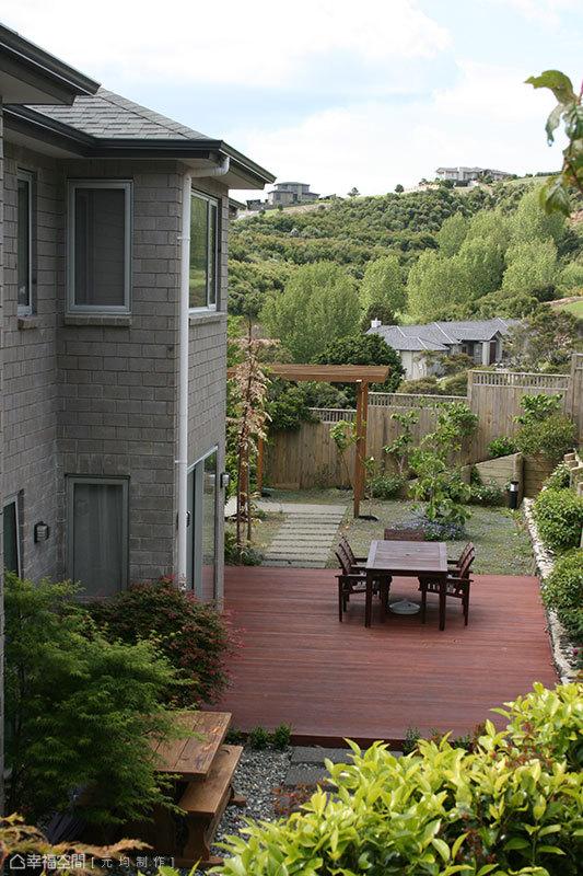 四面環景、由塑木板鋪排的後院,是女主人專屬的祕密花園,也是一家人於此休憩談心,甚至舉辦BBQ的聚會場域。