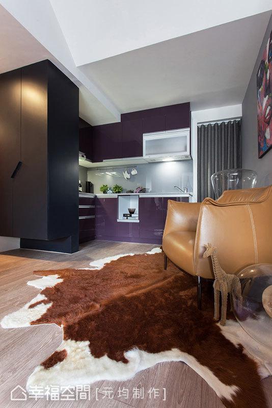 拆除牆線,一氣呵成的紫、灰色調,進入廚房空間,考量到大型電器可能帶來的美感干擾,元均制作巧妙將其藏於後陽台空間、加以布幔遮掩,形塑設計的完整性。
