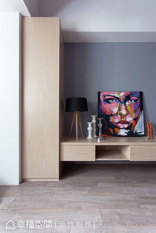 順勢柱體、架構而起的收納高櫃,以淡雅木色平衡著個性色塊的衝突之美。