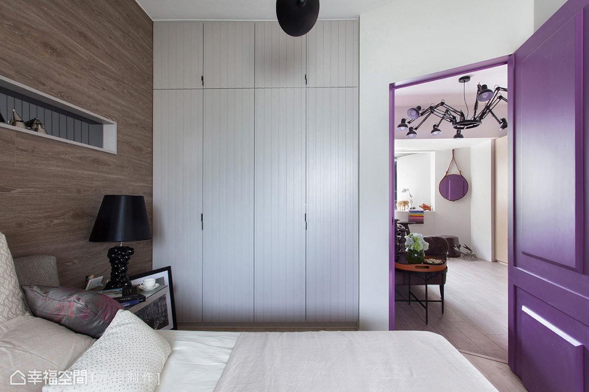 精算後的開門斜率,不僅開闊了空間視感,還方便屋主坐臥於床上,舒適分享客廳的影音設備。