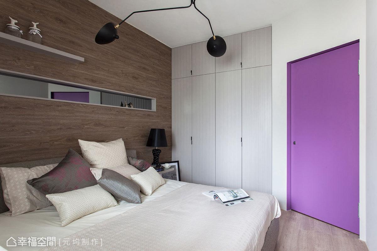 鏤空於床頭的灰色鏡帶,貼心的高度設計,滿足男、女主人隨興攬鏡所需,讓看似平凡的牆面也有了實質意義。