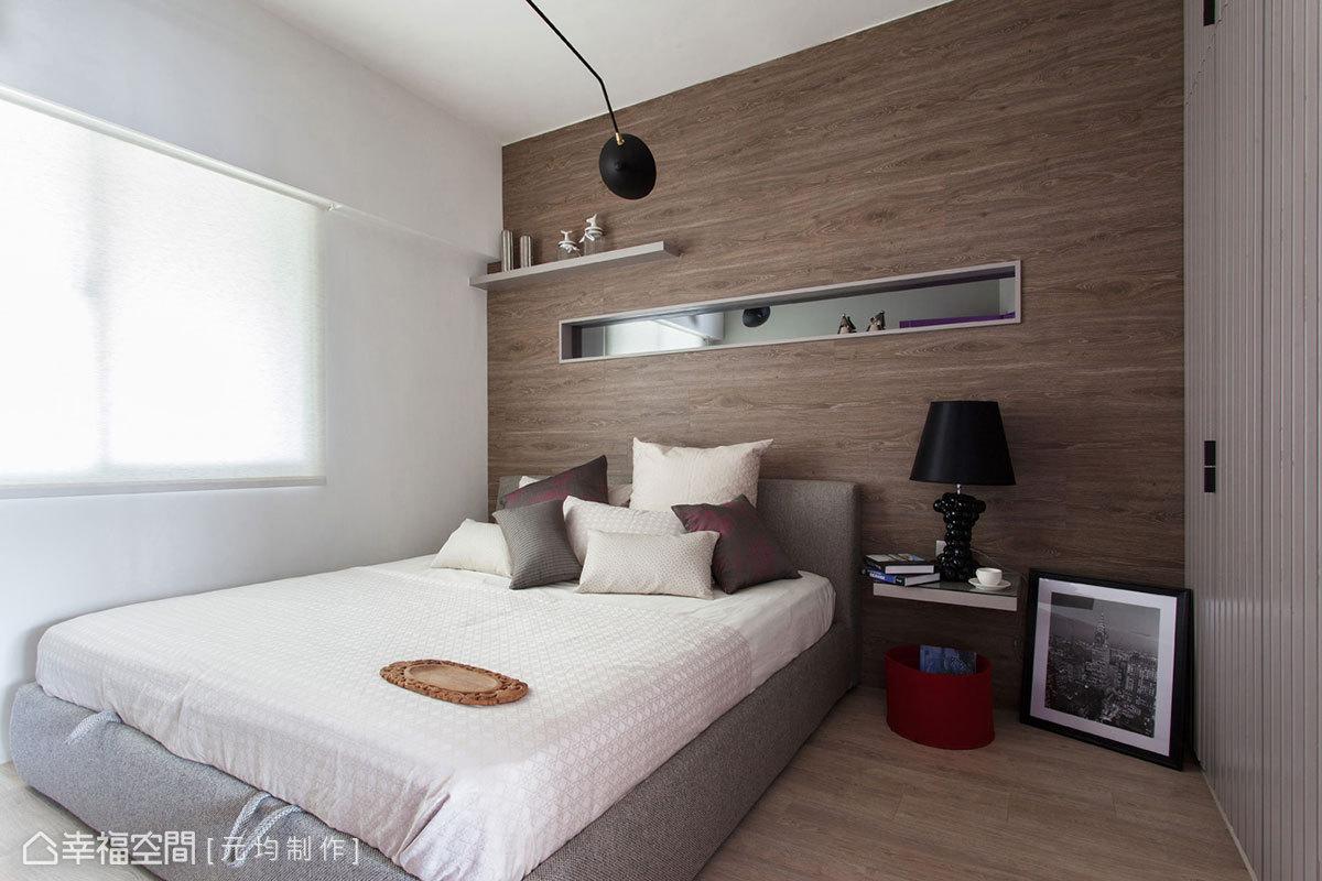 實木地板材質延伸上了床頭立面,鋪排而出的溫潤,溫厚穩定著睡眠心緒。