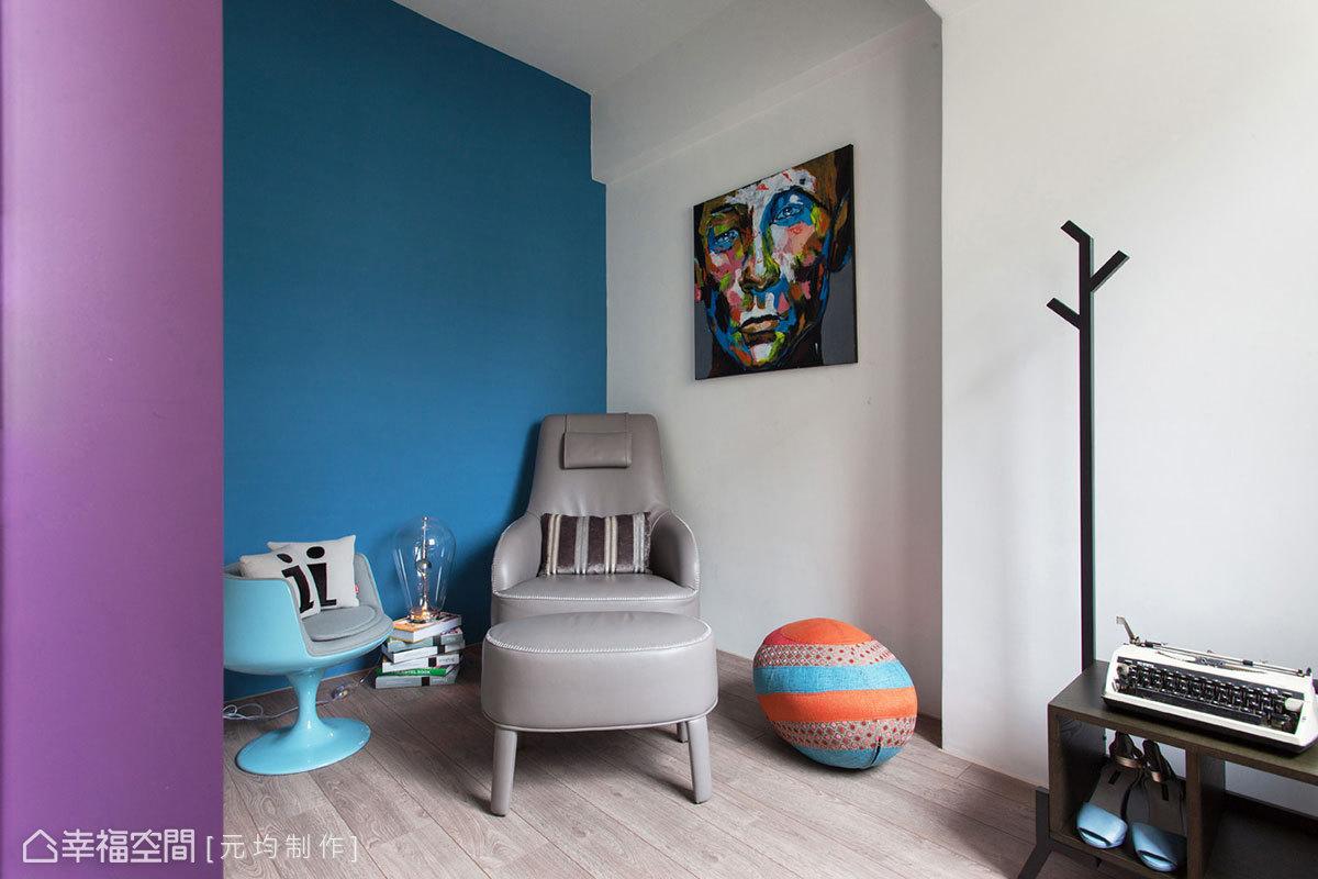 考量從事業務工作男主人,下班後極需空間一隅、獨享私密放空,寶藍色的休憩場域因此而存在。