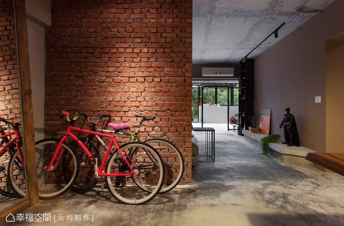 以古老的建築工法,直橫交錯堆疊的紅磚牆面,搭配一旁以枕木作為框架的大面明鏡,為夫妻倆的新婚甜蜜生活揭開序幕。
