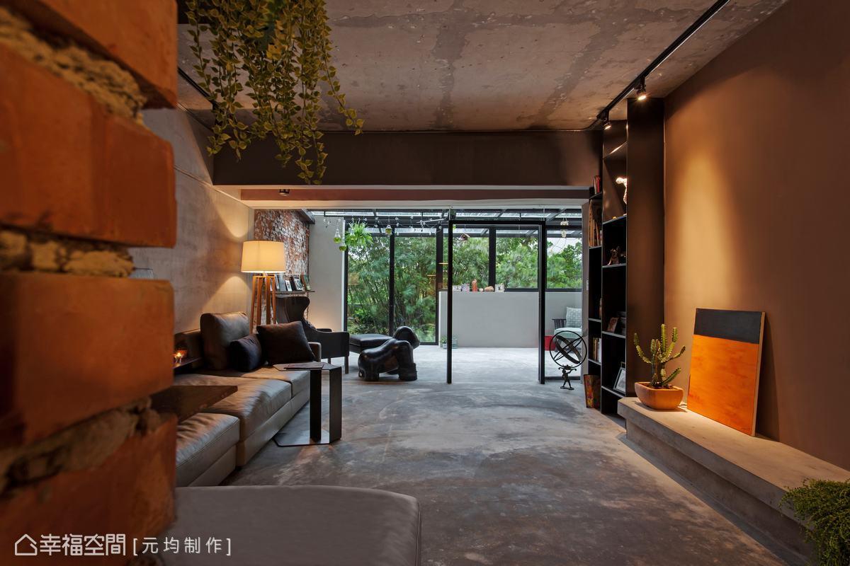 以大面積的透明窗景,使視覺延伸至戶外陽光屋,加倍放大空間感。