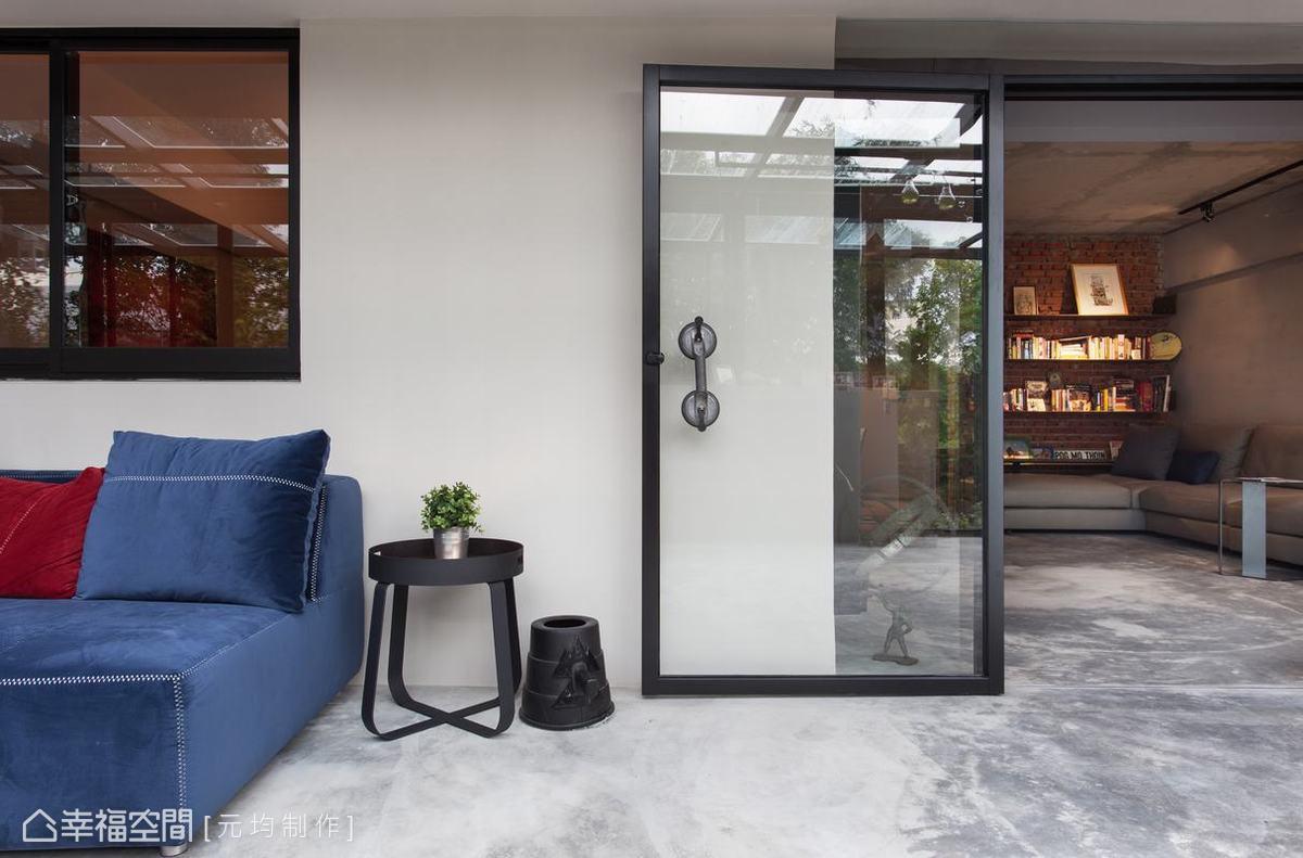 以鐵件門框搭配透明強化玻璃串聯內外場域,創造通透的視覺感受。