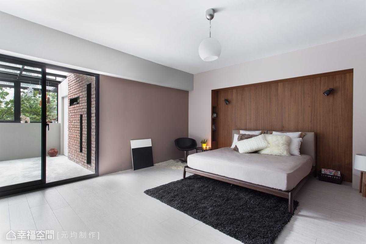 以簡約淡雅的中性色調,搭配溫潤的鋼刷實木主牆,營造紓壓的休憩空間。