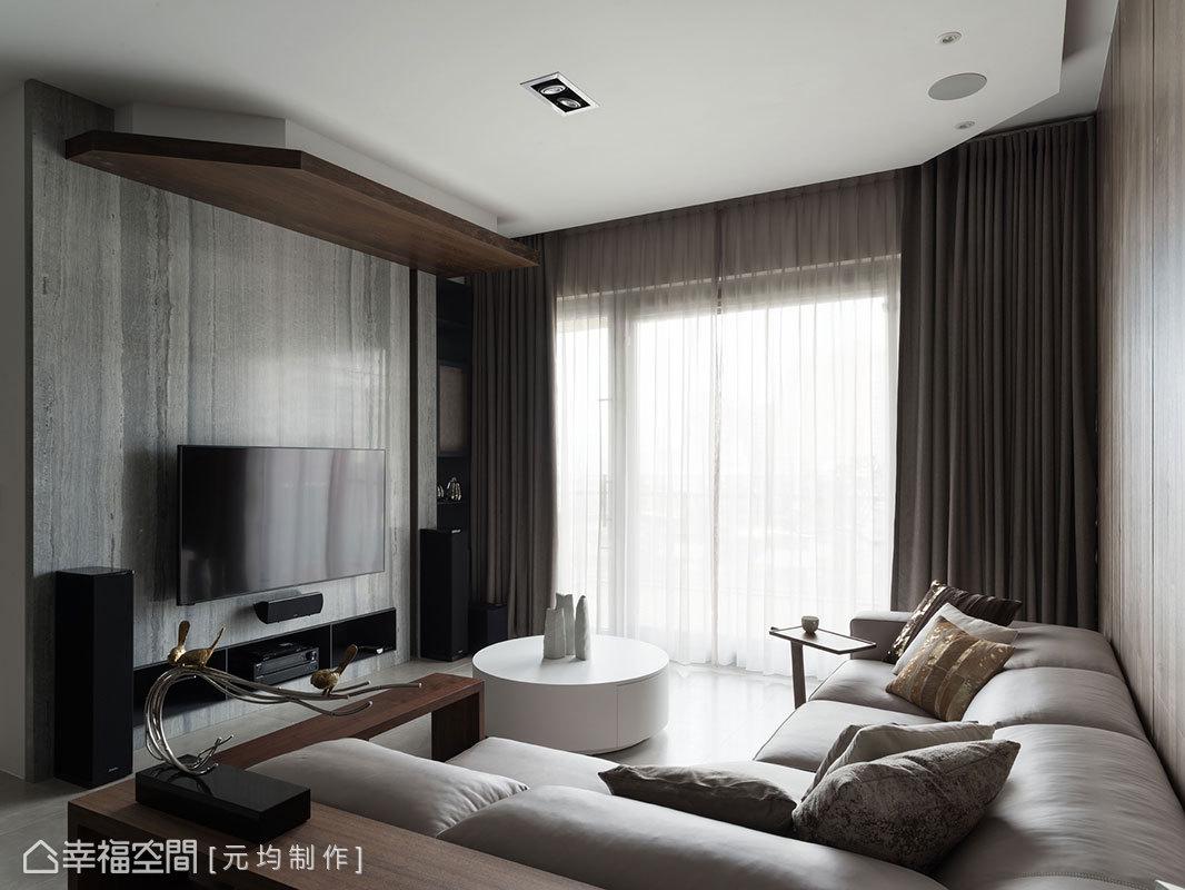 拆除原先的實牆隔間後,利用雙面櫃設計區隔出客廳與書房,下方空間留做客廳的電視機櫃使用。