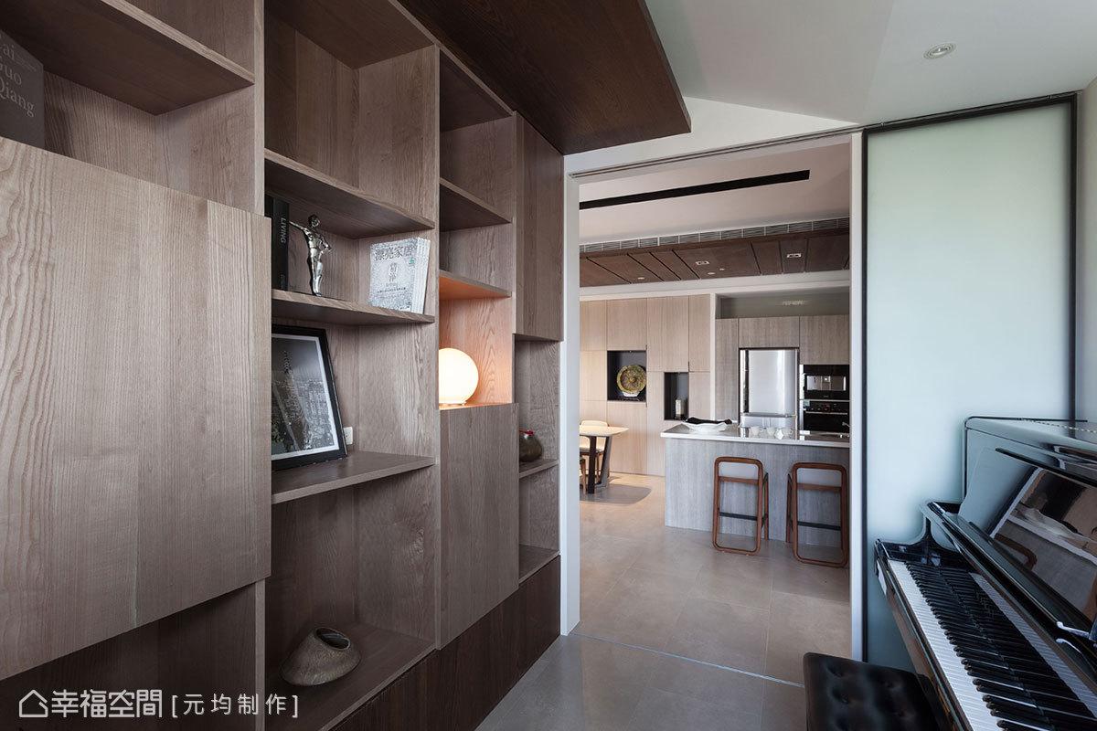 跳格的雙面櫃體設計,結合展示與收納功能,下方的收納空間則將客廳的影音設備線路隱藏起來。