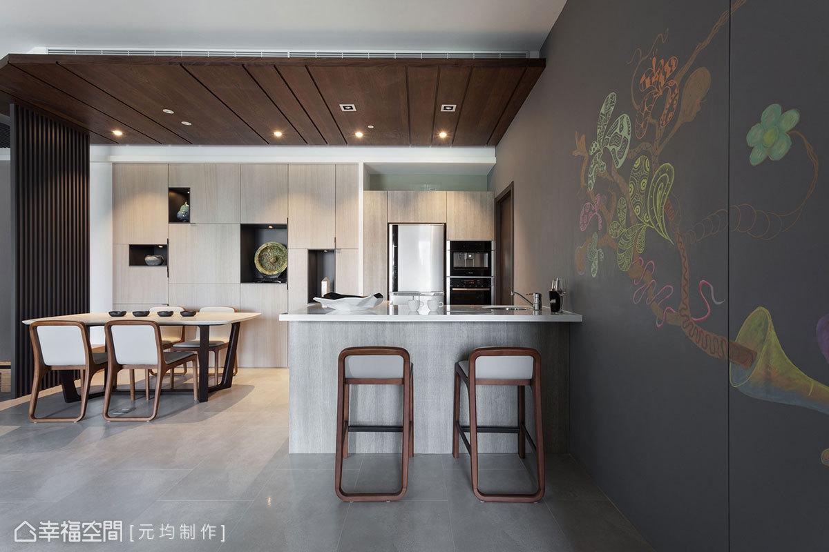 利用溫潤灰色為底色的壁面,其實是一面黑板牆,除了提供屋主小孩盡情揮灑創意的地方外,也隱藏了主臥室門片。