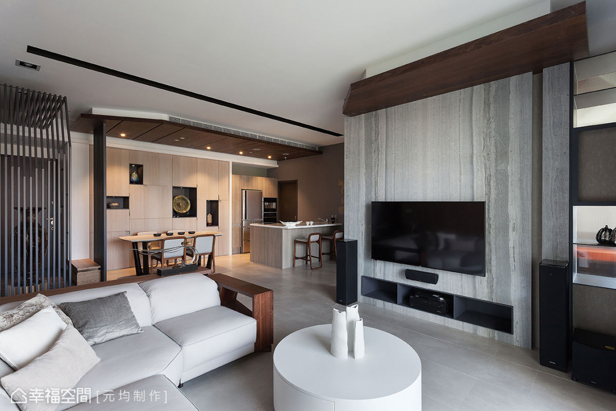 深色木作天花串聯餐廳與輕食區,電視牆上的天花則穿入書房,為屋高320公分的空間增添層次感。