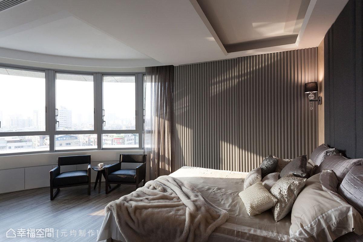 順應建築原有的弧形設計,窗戶下方規劃大量收納空間,弧形設計的門片牆面,讓機能發揮到最大利用。