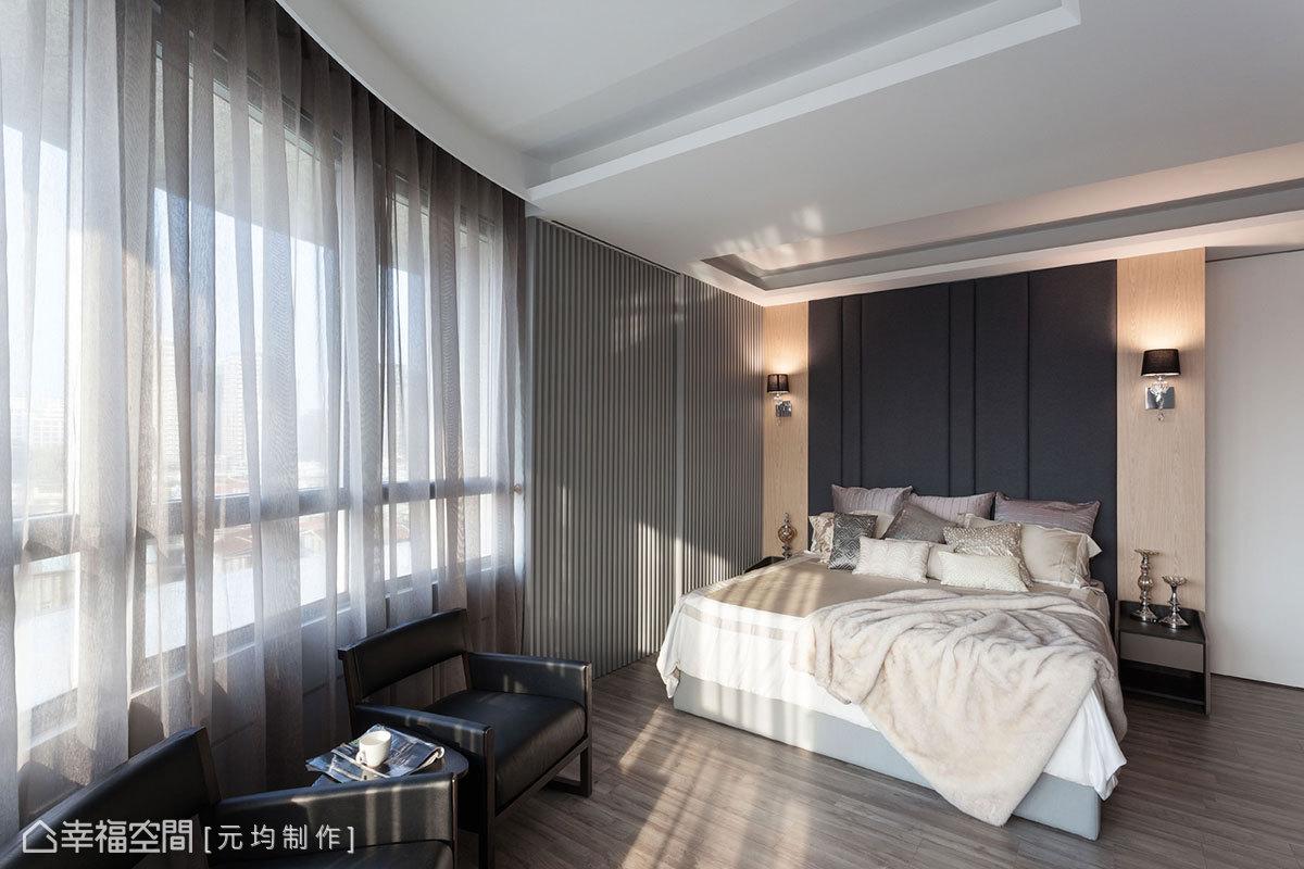 調整床頭位置後,化解原先西曬的問題,也拉大動距,讓主臥室多了小客廳的空間。