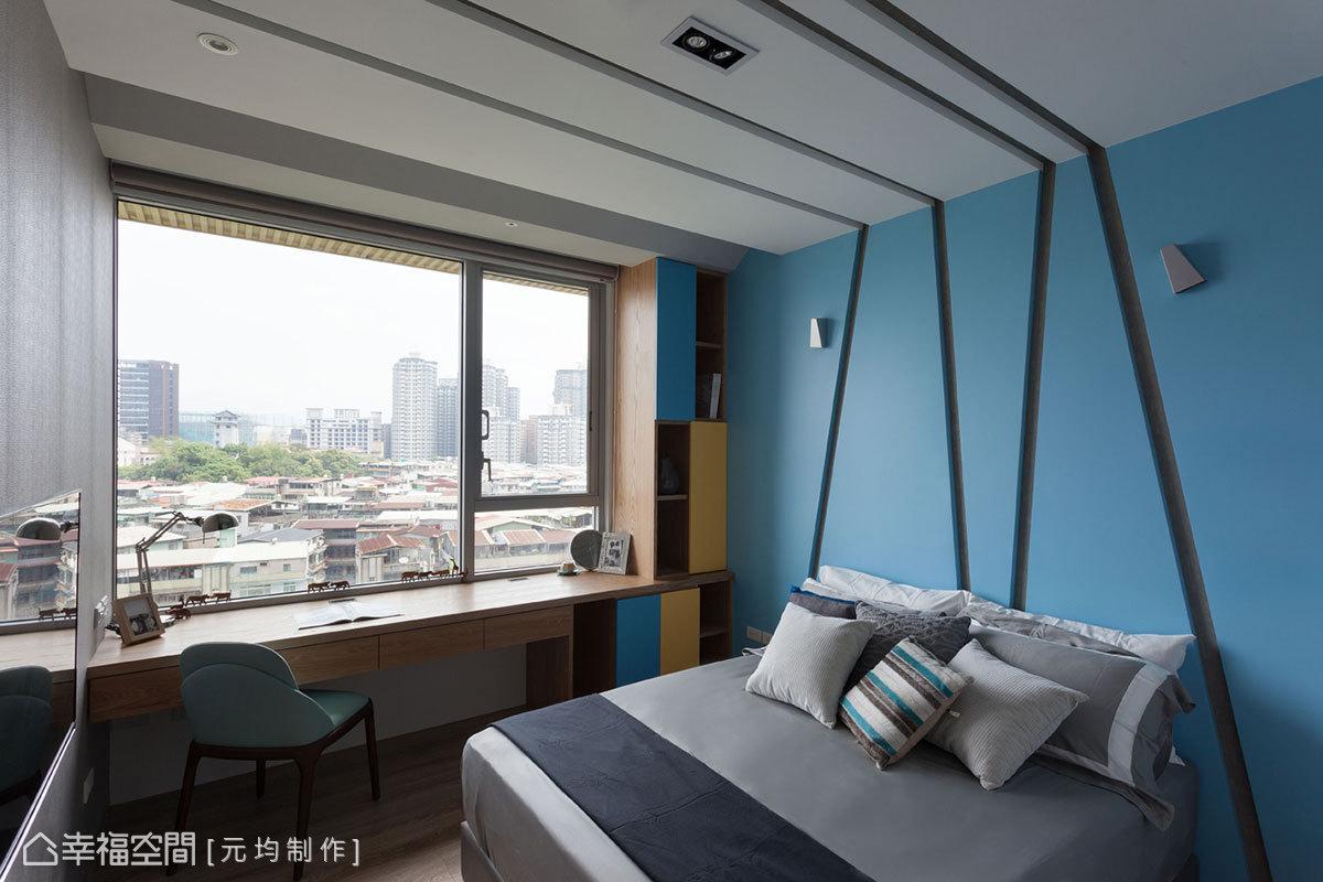 透過天花板與壁面的線條層次,結合中性的藍色調系,營造出屬於男孩的個性空間。